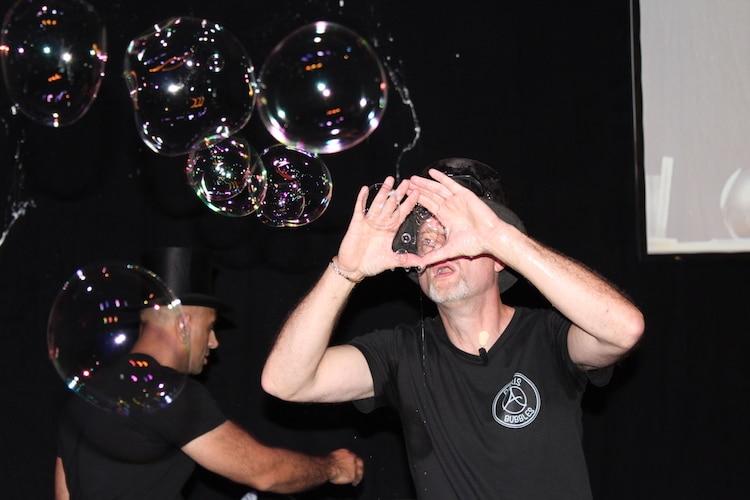 """Die """"Paris Bubbles"""" zu Gast in der phaeno"""