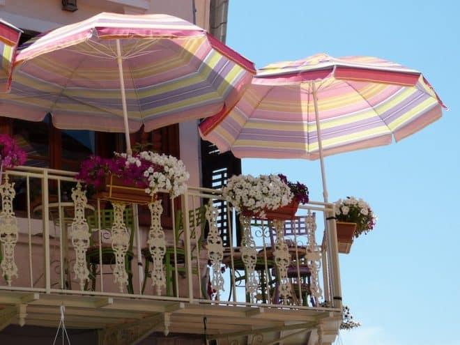 Auch auf einem Balkon sollte der Sonnenschutz nicht fehlen.