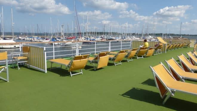 Auf einem Flusskreuzfahrt Schiff kann man sich auf dem Sonnendeck ebenso sonnen wie bei einer Hochseekreuzfahrt