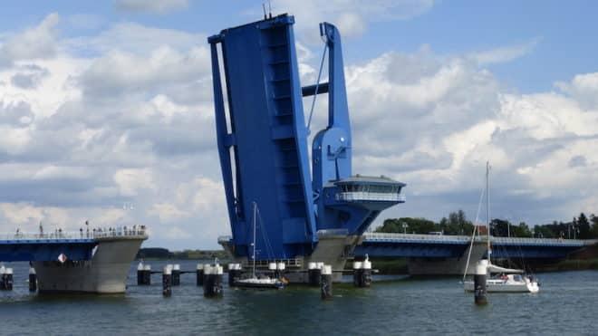 Auf einer Flusskreuzfahrt muss man auch schon mal durch ein eine Brücke hindurch