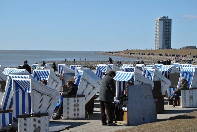 Entspannen in einem Strandkorb an der Nordseeküste