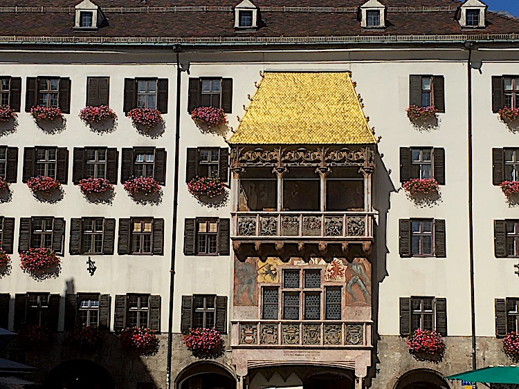 """Die Besichtigung des berühmten """"goldenen Daches"""" gehört ebenfalls zum Programm auf der Radreise von München nach Venedig"""