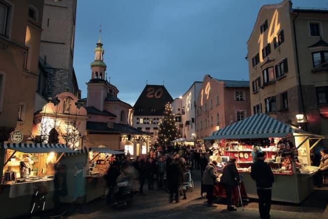 Winter in der historischen Altstadt Hall in Tirol.