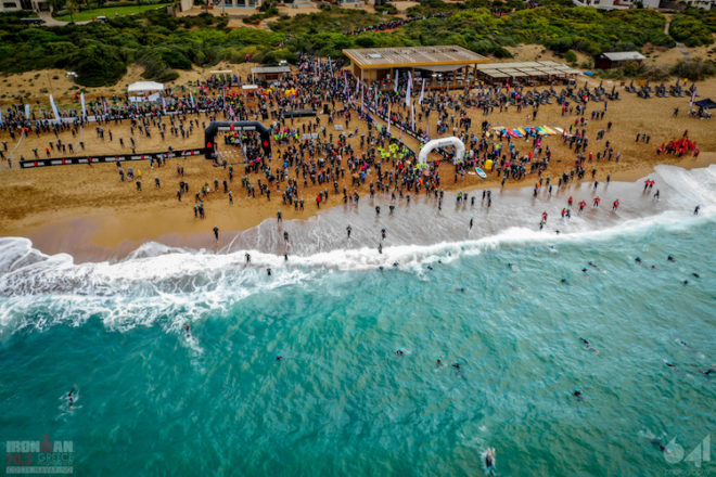 Der Startschuss für den IRONMAN 70.3 fällt am herrlichen Strand der Navarino Dunes.