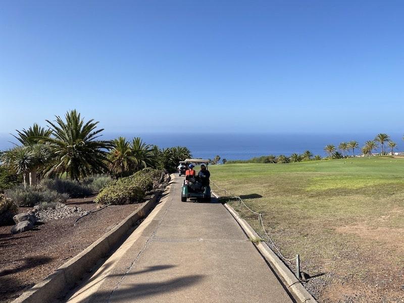 Mit dem Golfcart über den Golfplatz Tecina Golf auf La Gomera