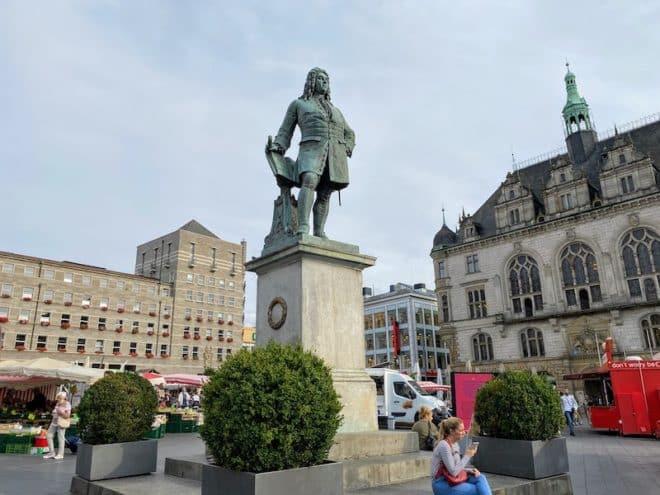 Händel Statue auf dem Marktplatz in Halle. Er schaut in Richtung London, seine Wahlstadt in der er auch begraben wurde.